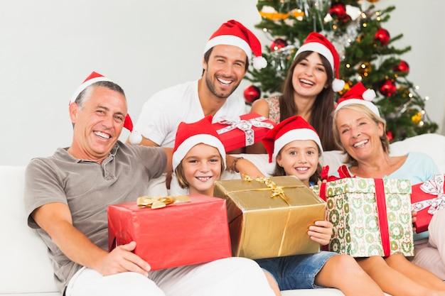 クリスマスプレゼントで幸せな家族 Premium写真