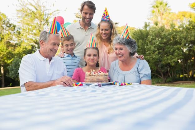 小さな女の子の誕生日を祝う幸せな拡大家族 Premium写真