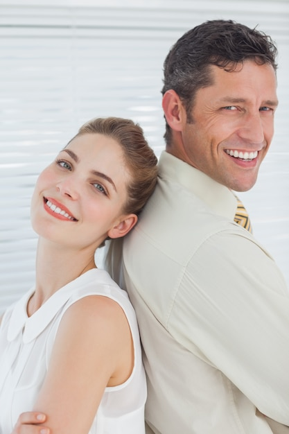 Привлекательная счастливая команда бизнес создает спина к спине Premium Фотографии