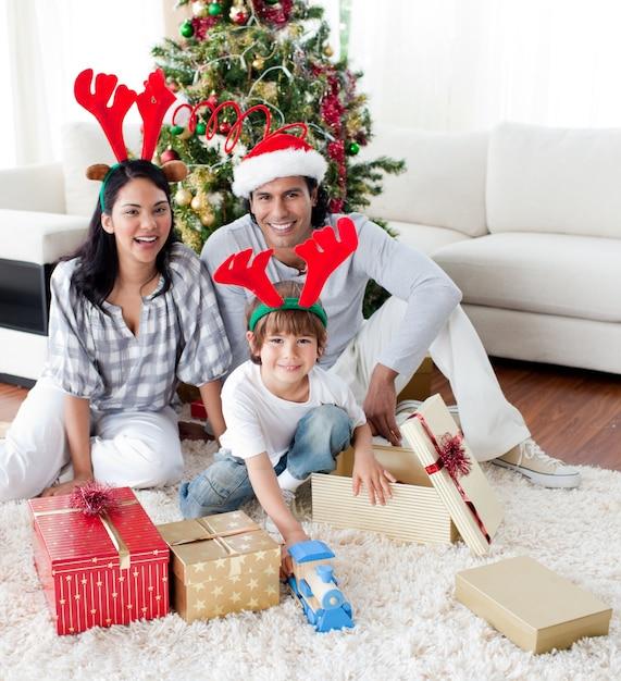 クリスマスツリーを飾る家族 Premium写真
