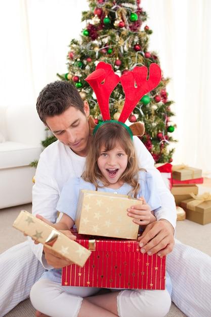 彼女の父親と一緒に贈り物を開いて驚いた Premium写真