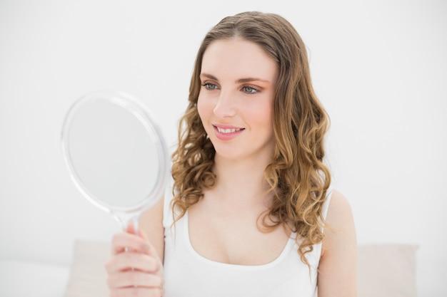 鏡を持っている女性 Premium写真
