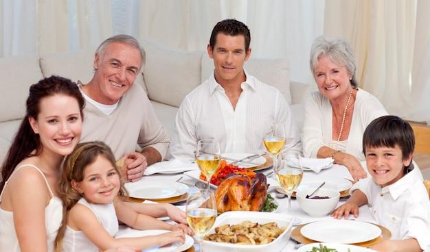 家庭で一緒に夕食を食べる家族 Premium写真