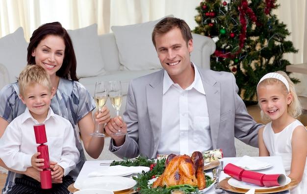 クリスマスディナーでワインを焼く親たち Premium写真