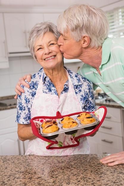 彼の妻にキスを与える上司 Premium写真