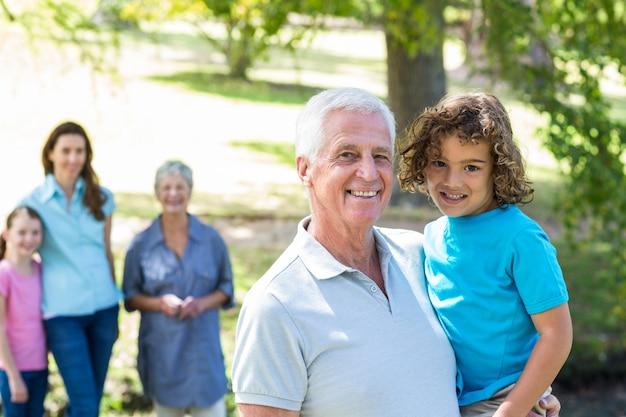 公園で笑顔を拡大している家族 Premium写真