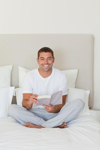 комнаты втором картинка парень сидит на кровати выполнения некоторых видов