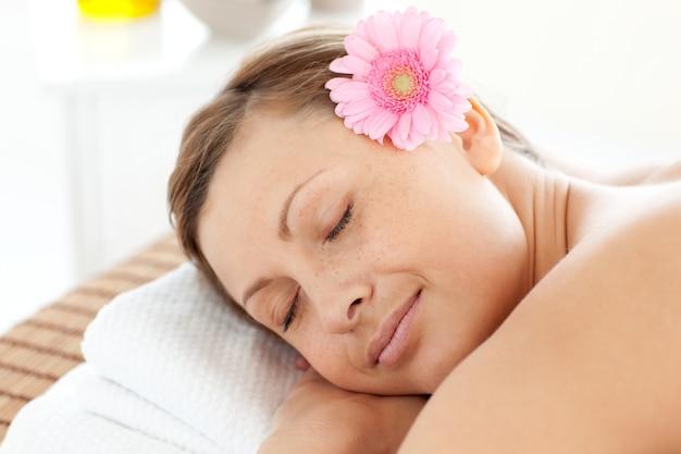 花が咲いている女性の肖像 Premium写真