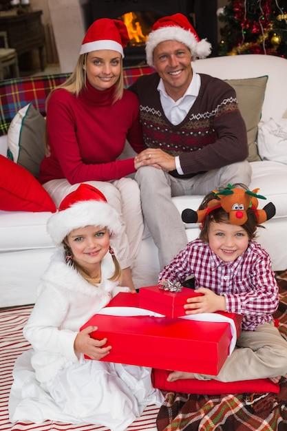 クリスマスを祝うサンタの帽子の家族 Premium写真