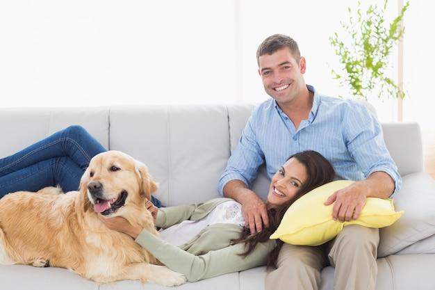 恋人、恋人、犬、リラックス Premium写真
