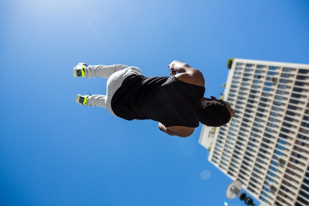 都市で元気づけている運動男 Premium写真