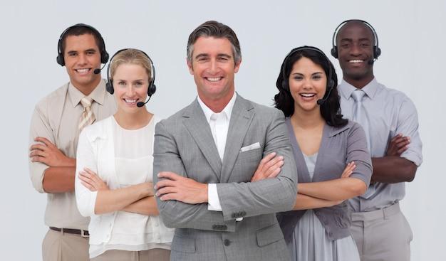 Многонациональная команда, работающая в колл-центре Premium Фотографии