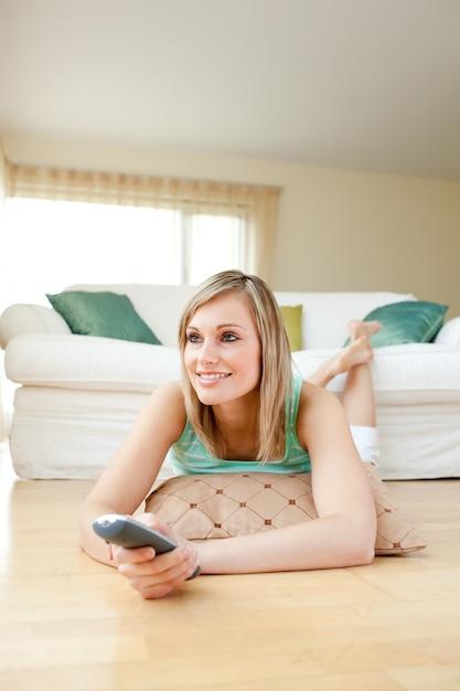 Ебут женщина смотря телевизор возбуждала подружку большегрудой пышкой