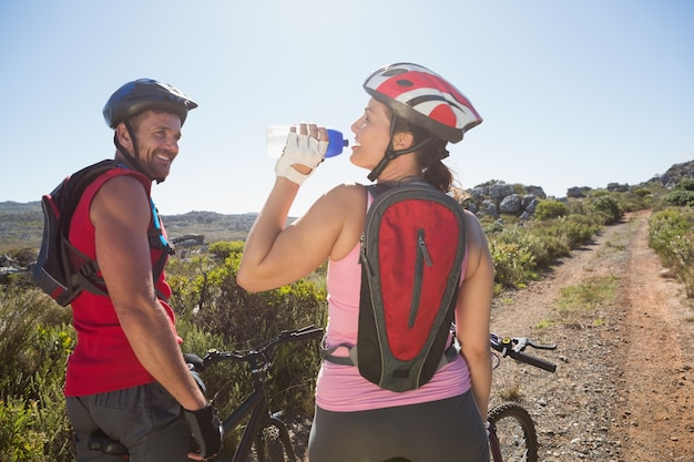 田舎の自転車に乗っているアクティブなカップル Premium写真