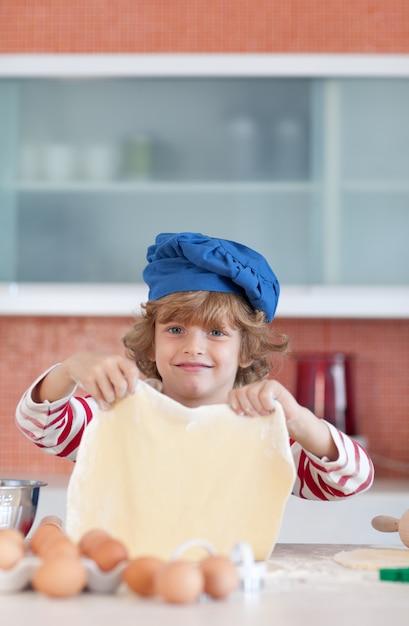 愛らしい子供のベーキング Premium写真