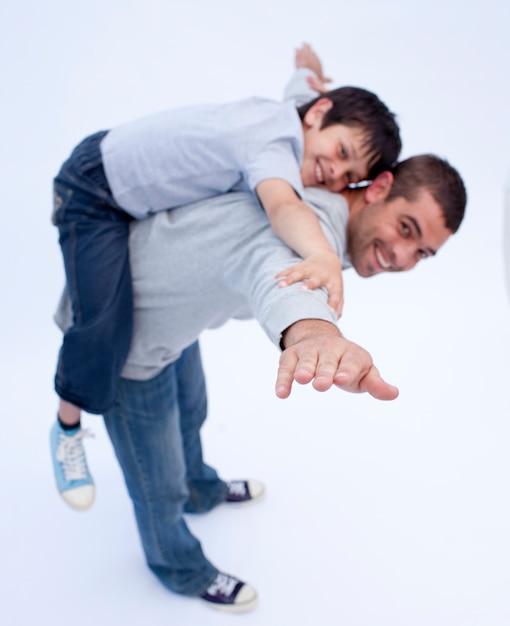 Отец и сын играют вместе Premium Фотографии
