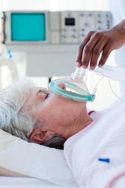 酸素マスクを患者に置く医者 Premium写真