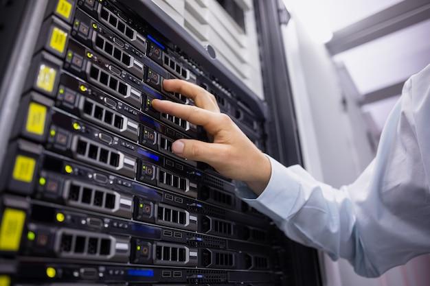 Техник, работающий на серверной башне Premium Фотографии