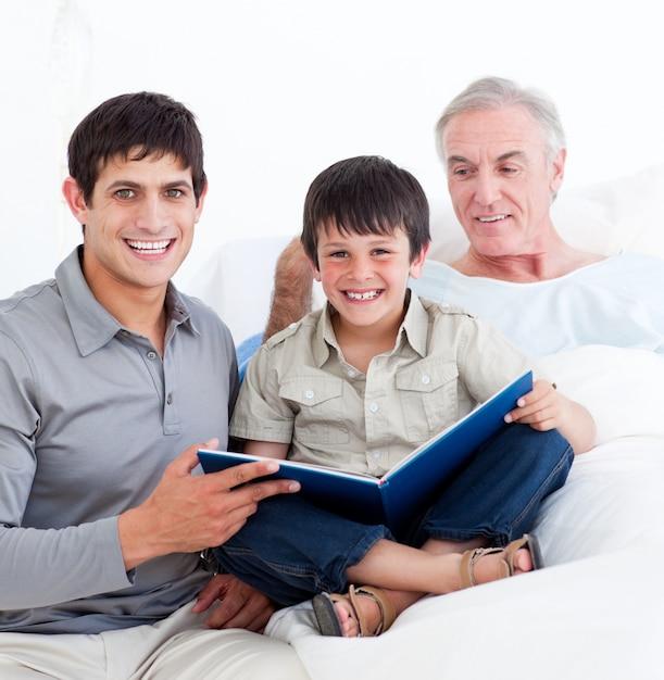 祖父を訪ねてきた父と息子の愛情 Premium写真