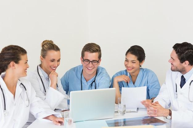 ラップトップで議論する医療チーム Premium写真