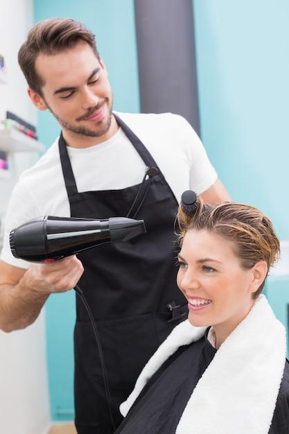 Женщина, высушившая волосы Premium Фотографии
