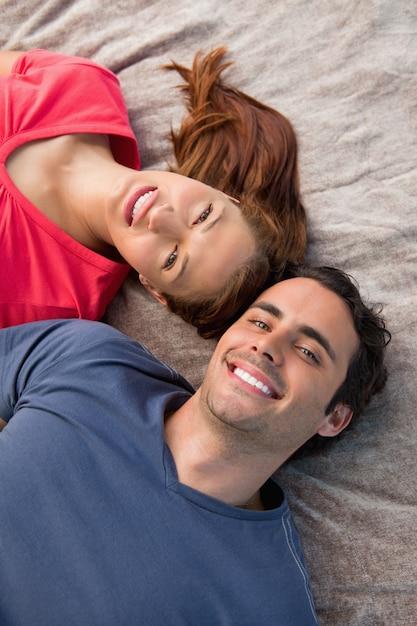 Крупный план двух друзей, глядя в небо, лежа на одеяло Premium Фотографии