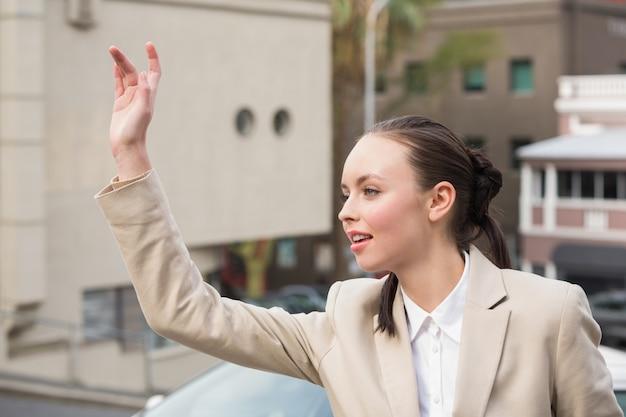 Молодой предприниматель, приветствуя такси Premium Фотографии