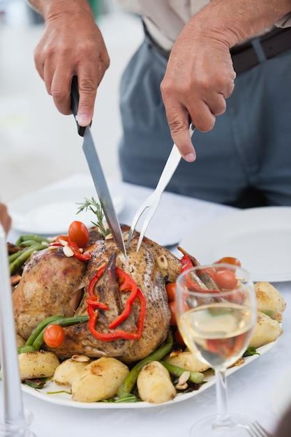 夕食を食べる男 Premium写真