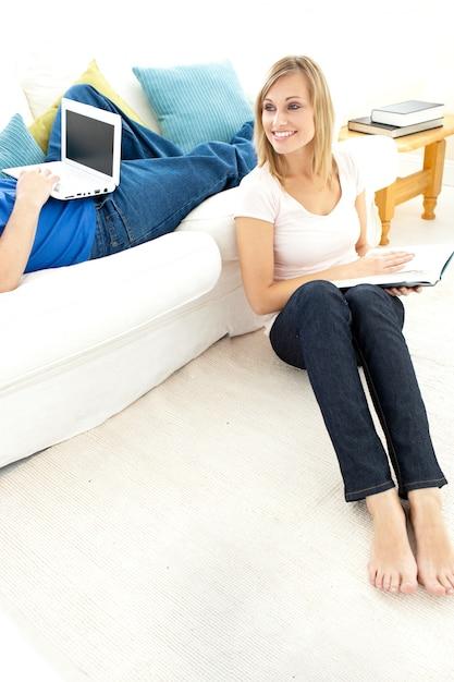 居間で自由な時間を持つ笑顔のカップル Premium写真