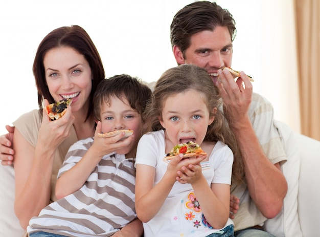 ピザを食べる幸せな家族 Premium写真