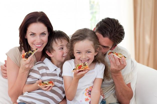 家族で食べる笑顔のピザ Premium写真