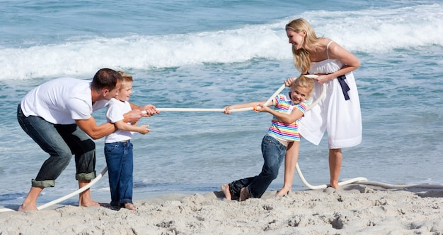 活発な家族が綱引きをしている Premium写真