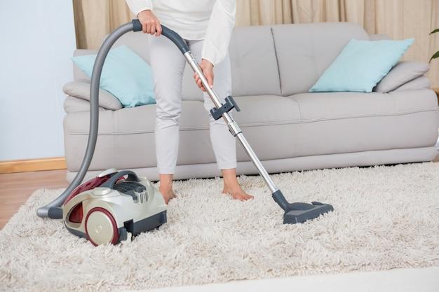 女性、掃除機、掃除機、敷物 Premium写真