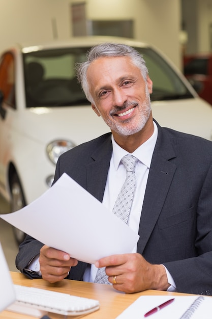 カメラを見ている笑顔のビジネスマン Premium写真