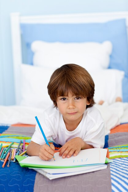 Мальчик рисует картинки