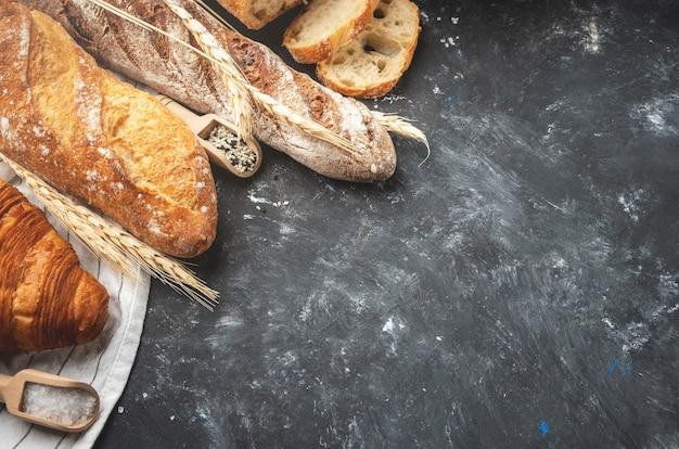 焼きたてのパンの品揃え。 Premium写真