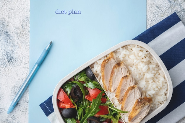 自然でヘルシーなランチ、ご飯付きのフードボックス、焼き鶏の胸肉、サラダ付きの容器。 Premium写真