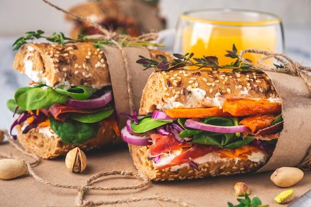 Бутерброды с ветчиной, творогом, овощами и зеленью. крупный план. Premium Фотографии