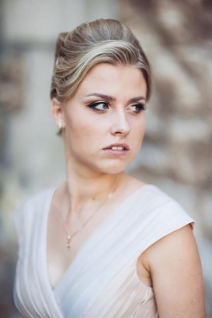 Портрет женщины с классической прической в день свадьбы Premium Фотографии