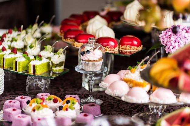 結婚式や誕生日のおいしい装飾。キャンディーバー。甘いテーブル Premium写真