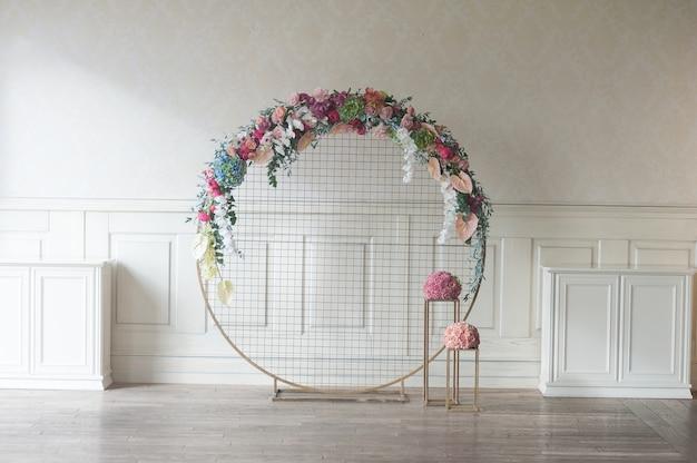 結婚式のアーチ屋内 Premium写真