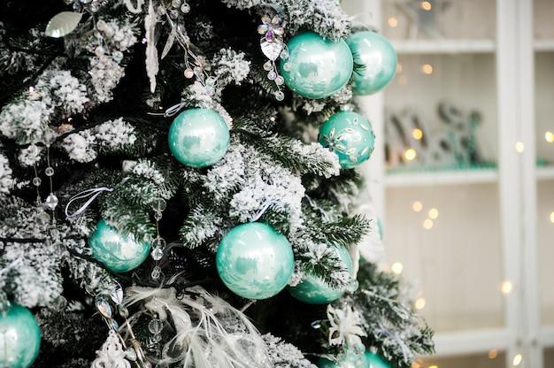 休日の装飾されたクリスマスツリー Premium写真