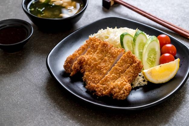 日本の揚げ豚カツレツ(トンカツセット) Premium写真