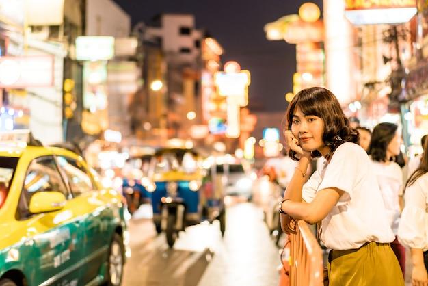 バンコクのチャイナタウンで若いアジア女性 Premium写真