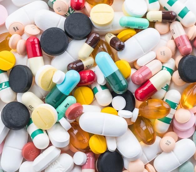 薬の丸薬とカプセルのパッキング 無料写真