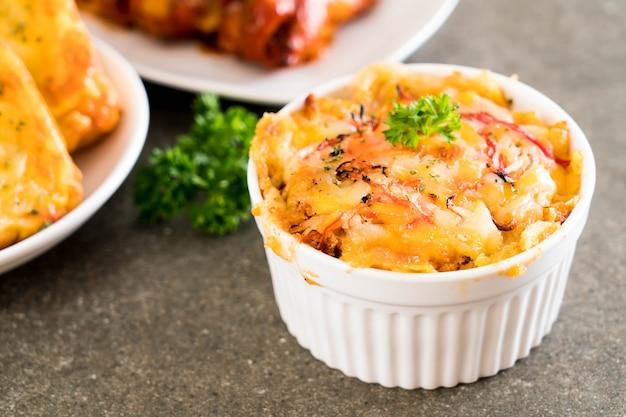 チーズとカニのスティックで焼いたマカロニ Premium写真