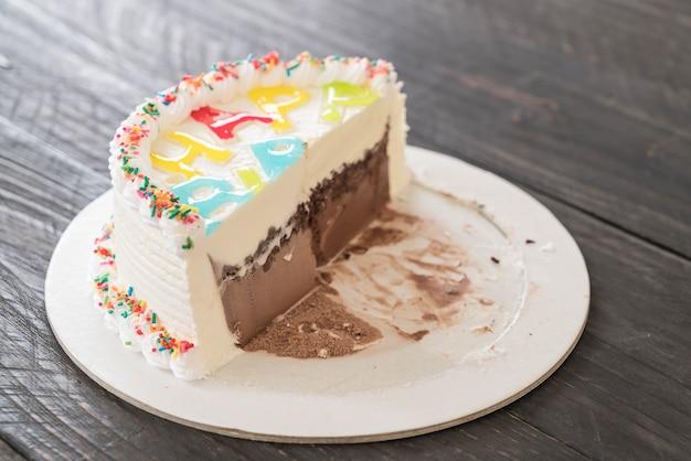 ハッピーバースデーアイスクリームケーキ Premium写真