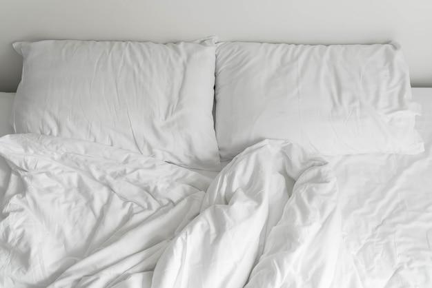 ベッドルームに白い厄介な枕の装飾を施した寝室 無料写真