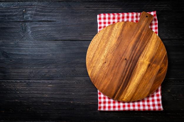 台所布で空の切断木の板 Premium写真