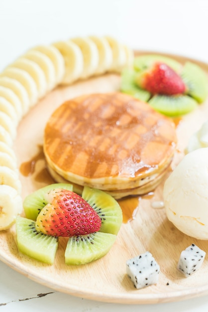 Блины с ванильным мороженым и фруктами Premium Фотографии